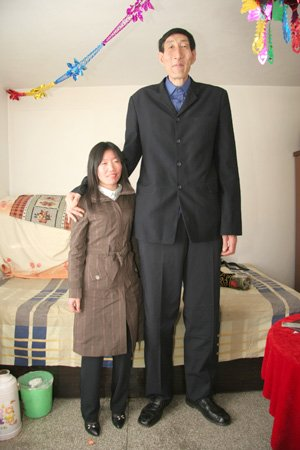 World S Tallest Man Marries Woman More Than 2 Feet Shorter Than Him