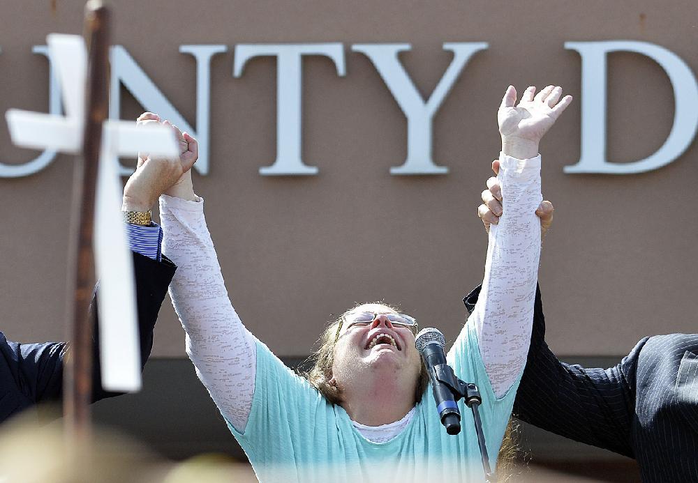 Kentucky Clerk Exits Jail Unrepentant Huckabee At Her Side