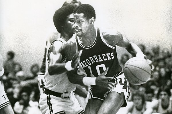 Arkansas guard Ron Brewer dribbles around Memphis State defenders during a game Saturday, Dec. 31, 1977, in Memphis.