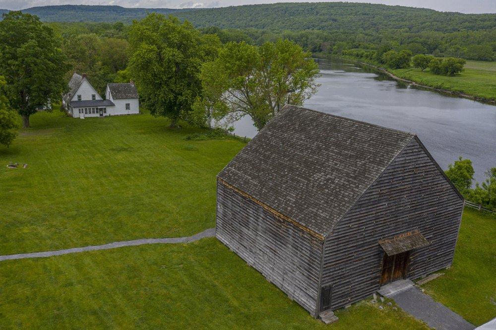 Eine niederländische Scheune an der Mabee Farm Historic Site mit Blick auf den Mohawk River in Rotterdam Junction, NY, Juni 2019. Einer der schönsten Teile des Staates New York war einst das Rückgrat der niederländischen Kolonie, und Überreste ihrer Geschichte sind überall versteckt sich in Sichtweite.  (Foto von Tony Cenicola über die New York Times)