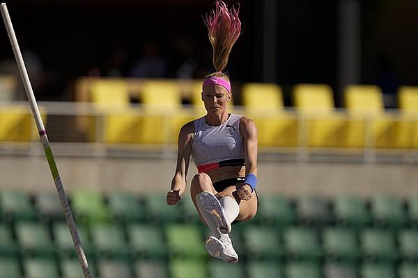 WholeHogSports - Sandi Morris wins pole vault in England