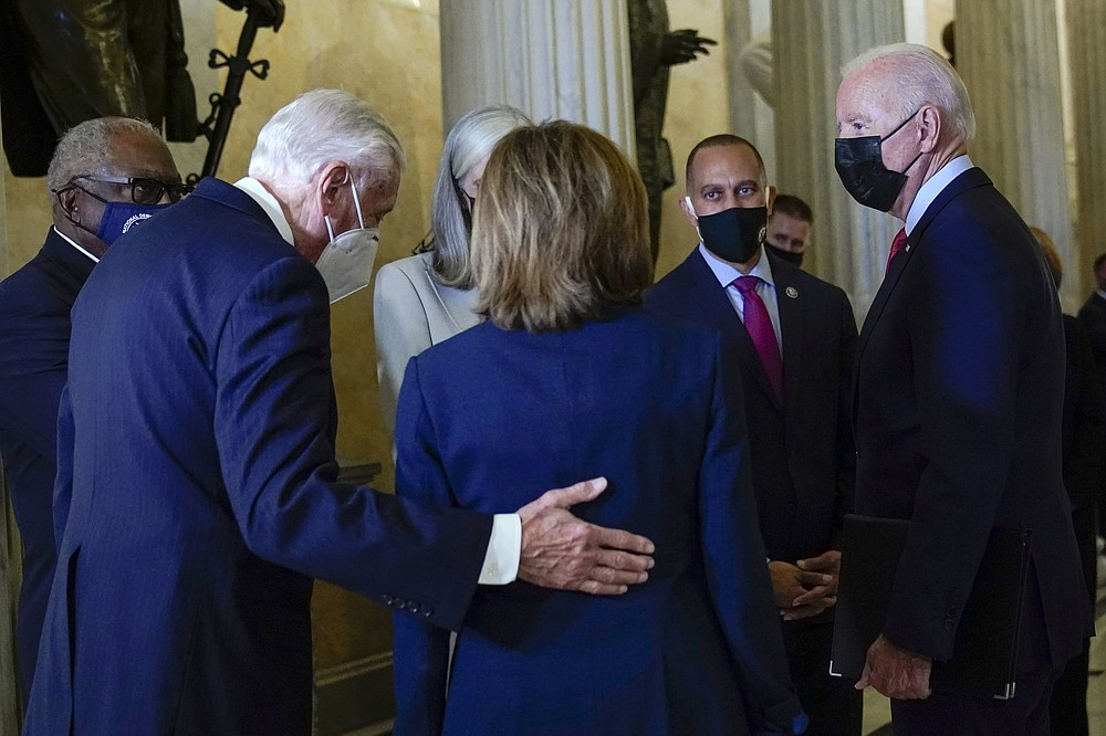 Präsident Joe Biden (rechts) spricht mit House Majority Whip James Clyburn (links), House Majority Leader Steny Hoyer (zweiter von links), House Speaker Nancy Pelosi und Rep. Hakeem Jeffries, als er am Freitag auf dem Capitol Hill zu einem Treffen mit dem Repräsentantenhaus ankommt Demokratische Fraktion.  (AP/Susan Walsh)