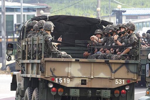 Tentara militer Korea Selatan mengendarai truk di Paju, dekat perbatasan dengan Korea Utara, Korea Selatan, Rabu, 17 Juni 2020. Korea Utara Rabu mengatakan akan memindahkan pasukan ke lokasi wisata dan ekonomi antar-Korea yang sekarang ditutup. dekat perbatasan dengan Korea Selatan dan mengambil langkah-langkah lain untuk membatalkan tenggang 2018 kesepakatan pengurangan ketegangan. (Foto AP / Ahn Young-joon)