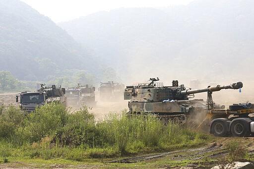 K-55 howitzer swadaya militer Korsel milik Korea Selatan yang memuat kendaraan dipindahkan di Paju, dekat perbatasan dengan Korea Utara, Korea Selatan, Rabu, 17 Juni 2020. Korea Utara mengatakan hari Rabu akan memindahkan pasukan ke antar-Korea yang sekarang ditutup situs-situs pariwisata dan ekonomi di dekat perbatasan dengan Korea Selatan dan mengambil langkah-langkah lain untuk membatalkan tenggang 2018 kesepakatan pengurangan ketegangan. (Foto AP / Ahn Young-joon)