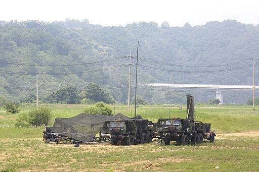 Peralatan bergerak Angkatan Darat AS berada di sebuah lapangan di Yeoncheon, Korea Selatan, dekat perbatasan dengan Korea Utara, Rabu, 17 Juni 2020. Korea Utara mengatakan Rabu akan memindahkan pasukan ke lokasi kerja sama antar-Korea yang sekarang tertutup, memasang kembali pos penjagaan dan melanjutkan latihan militer di daerah garis depan, membatalkan kesepakatan pengurangan ketegangan yang dicapai dengan Korea Selatan hanya dua tahun lalu. (Foto AP / Ahn Young-joon)
