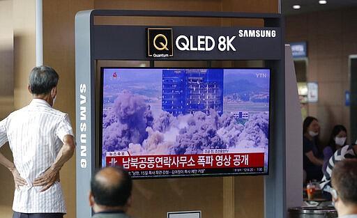 Orang-orang menonton layar TV yang menampilkan program berita dengan video pembongkaran gedung kantor penghubung antar-Korea di Kaesong, Korea Utara, di Stasiun Kereta Api Seoul di Seoul, Korea Selatan, Rabu, 17 Juni 2020. Korea Utara mengatakan Rabu bahwa mereka akan mengirim tentara ke lokasi-lokasi kerja sama antar-Korea yang sekarang tertutup di wilayahnya dan memasang kembali pos jaga dan melanjutkan latihan militer di daerah-daerah garis depan, membatalkan kesepakatan pengurangan ketegangan yang dicapai dengan Korea Selatan hanya dua tahun lalu. Surat-surat itu berbunyi