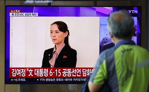 Seorang pria menonton layar TV yang menampilkan program berita dengan file gambar Kim Yo Jong, saudara perempuan pemimpin Korea Utara Kim Jong Un, di Stasiun Kereta Api Seoul di Seoul, Korea Selatan, Rabu, 17 Juni 2020. Korea Utara mengatakan Rabu bahwa mereka akan mengirim tentara ke lokasi kerja sama antar-Korea yang sekarang tertutup di wilayahnya dan memasang kembali pos jaga dan melanjutkan latihan militer di daerah garis depan, membatalkan kesepakatan pengurangan ketegangan yang dicapai dengan Korea Selatan hanya dua tahun lalu. (Foto AP / Lee Jin-man)