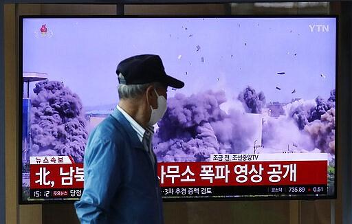 Seorang pria menonton layar TV yang menampilkan program berita dengan video pembongkaran gedung kantor penghubung antar-Korea di Kaesong, Korea Utara, di Stasiun Kereta Api Seoul di Seoul, Korea Selatan, Rabu, 17 Juni 2020. Korea Utara mengatakan Rabu bahwa mereka akan mengirim tentara ke lokasi kerja sama antar-Korea yang sekarang tertutup di wilayahnya dan memasang kembali pos jaga dan melanjutkan latihan militer di daerah garis depan, membatalkan kesepakatan pengurangan ketegangan yang dicapai dengan Korea Selatan hanya dua tahun lalu. Surat-surat itu berbunyi