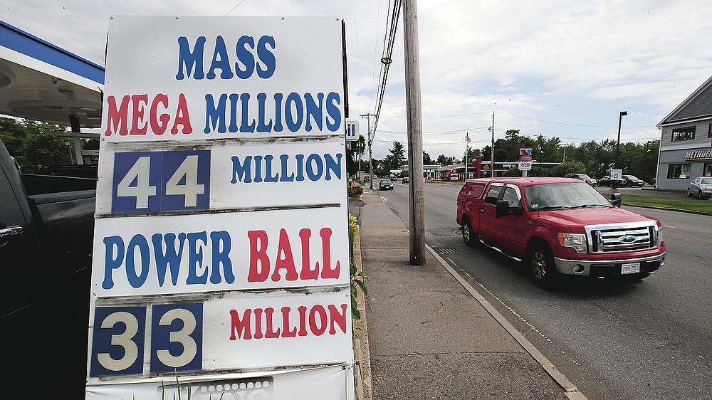 Sebuah truk melewati sebuah tanda yang menunjukkan jackpot lotre di luar Stateline Mobil Ted pada hari Rabu, 24 Juni 2020, di Methuen, Mass. Pandemi virus corona telah menjadi rollercoaster untuk lotere negara di seluruh negeri, dengan beberapa mendapat dorongan dari penurunan ekonomi dan yang lain berjuang untuk menebus kekurangan pendapatan. (Foto AP / Charles Krupa)