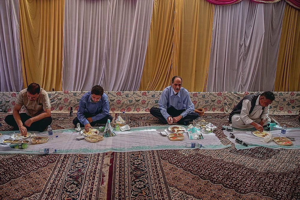 Les hommes du Cachemire mangent un festin de mariage à Wazwan alors qu'ils maintiennent une distance sociale en raison du COVID-19 lors d'un mariage à la périphérie de Srinagar, Cachemire sous contrôle indien, le mardi 15 septembre 2020. La pandémie de coronavirus a changé la façon dont les gens célèbrent les mariages au Cachemire . Les festivités traditionnelles d'une semaine, les rituels élaborés et les grands rassemblements ont cédé la place à des cérémonies en sourdine auxquelles un nombre limité de parents proches y assistent. Avec des restrictions en place et de nombreux mariages annulés, les chefs de mariage traditionnels ont peu ou pas de travail. Le virus a considérablement affecté la vie et les entreprises de la région. (Photo AP / Dar Yasin)