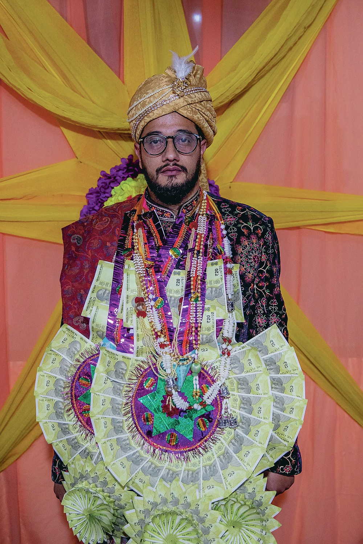Saqib Fazili, un marié cachemirien pose pour une photo lors d'une cérémonie de mariage à la périphérie de Srinagar, Cachemire sous contrôle indien, le mercredi 16 septembre 2020. La pandémie de coronavirus a changé la façon dont les gens célèbrent les mariages au Cachemire. Les festivités traditionnelles d'une semaine, les rituels élaborés et les immenses rassemblements ont cédé la place à des cérémonies en sourdine auxquelles un nombre limité de parents proches sont présents. Avec des restrictions en place et de nombreux mariages annulés, les chefs de mariage traditionnels ont peu ou pas de travail. Le virus a considérablement affecté la vie et les entreprises de la région. (Photo AP / Dar Yasin)