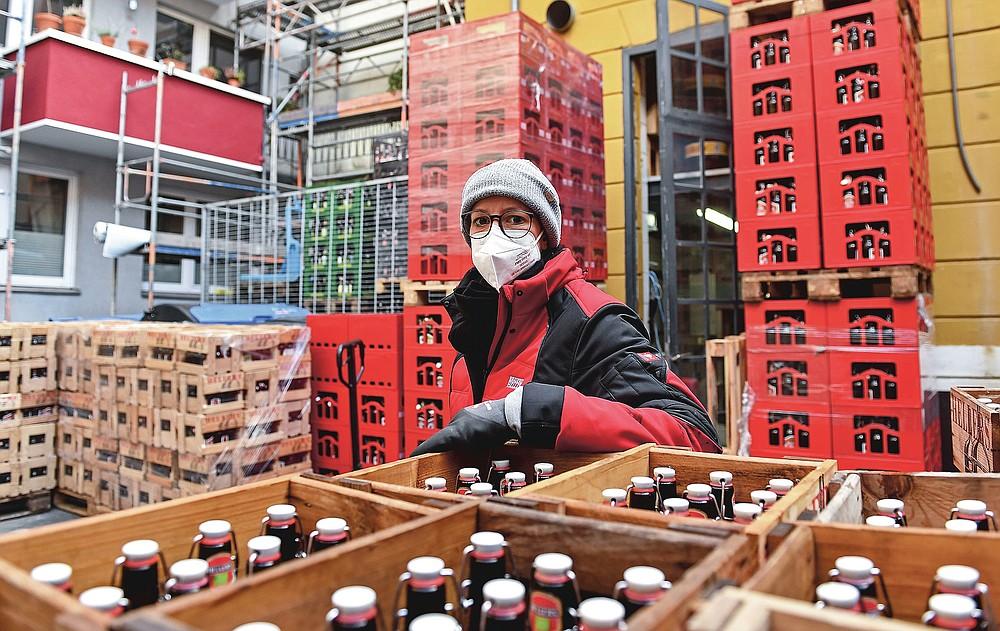 CEO Anna Heller steht am Dienstag, 9. Februar 2021, in einer kleinen Brauerei der Familie Heller in Köln. Die Bars sind seit mehr als drei Monaten geschlossen, die Karnevalsfeiern wurden abgesagt und es ist nicht klar, wann es soweit ist wird sich verbessern.  Dies ist ein großes Problem für viele kleine deutsche Bierhersteller, die stark auf den Verkauf von Fassbier an Bars und Restaurants angewiesen sind.  (AP Foto / Martin Meissner)