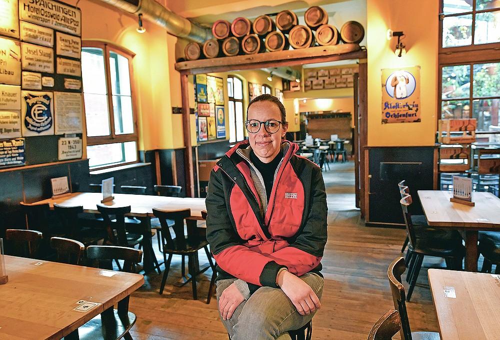 CEO Anna Heller sitzt in einer kleinen Brauerei-Bar der Familie Heller in Köln, Dienstag, 9. Februar 2021. Die Bars sind seit mehr als drei Monaten geschlossen, die Karnevalsfeiern wurden abgesagt und es ist nicht klar, wann die Dinge sind wird sich verbessern.  Dies ist ein großes Problem für viele kleine deutsche Bierhersteller, die stark auf den Verkauf von Fassbier an Bars und Restaurants angewiesen sind.  (AP Foto / Martin Meissner)