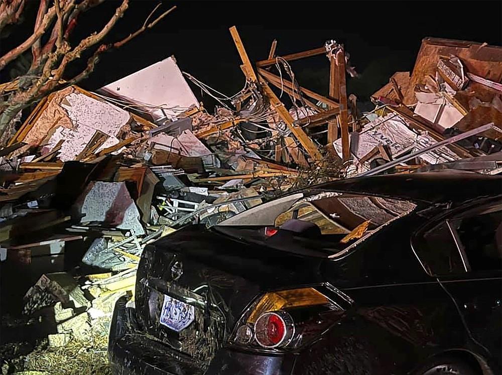 Un véhicule endommagé se trouve parmi les débris après qu'une tornade meurtrière a ravagé le comté de Brunswick, Caroline du Nord, le mardi 16 février 2021. Les autorités de la Caroline du Nord disent que plusieurs personnes sont mortes et d'autres ont été blessées après qu'une tornade a ravagé le comté de Brunswick, laissant une traînée de destruction.  (Emily Flax / Bureau du shérif du comté de Brunswick via AP)