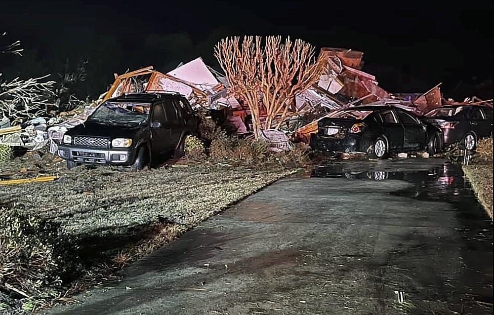 Des véhicules endommagés se trouvent parmi les débris après qu'une tornade meurtrière a ravagé le comté de Brunswick, en Caroline du Nord, le mardi 16 février 2021. Les autorités de la Caroline du Nord disent que plusieurs personnes sont mortes et d'autres ont été blessées après qu'une tornade a ravagé le comté de Brunswick, laissant une traînée de lourdes destructions. .  (Emily Flax / Bureau du shérif du comté de Brunswick via AP)