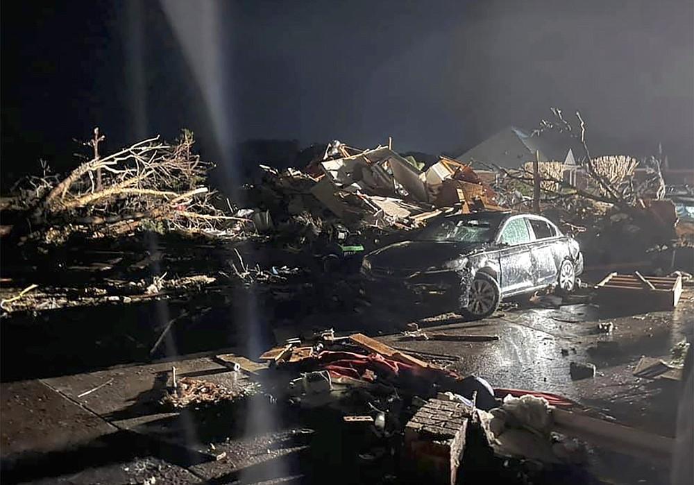 Un véhicule endommagé est vu parmi les débris après qu'une tornade meurtrière a déchiré le comté de Brunswick, Caroline du Nord, le mardi 16 février 2021. Les autorités de la Caroline du Nord disent que plusieurs personnes sont mortes et d'autres ont été blessées après qu'une tornade a ravagé le comté de Brunswick, laissant une trace de destruction lourde.  (Emily Flax / Bureau du shérif du comté de Brunswick via AP)