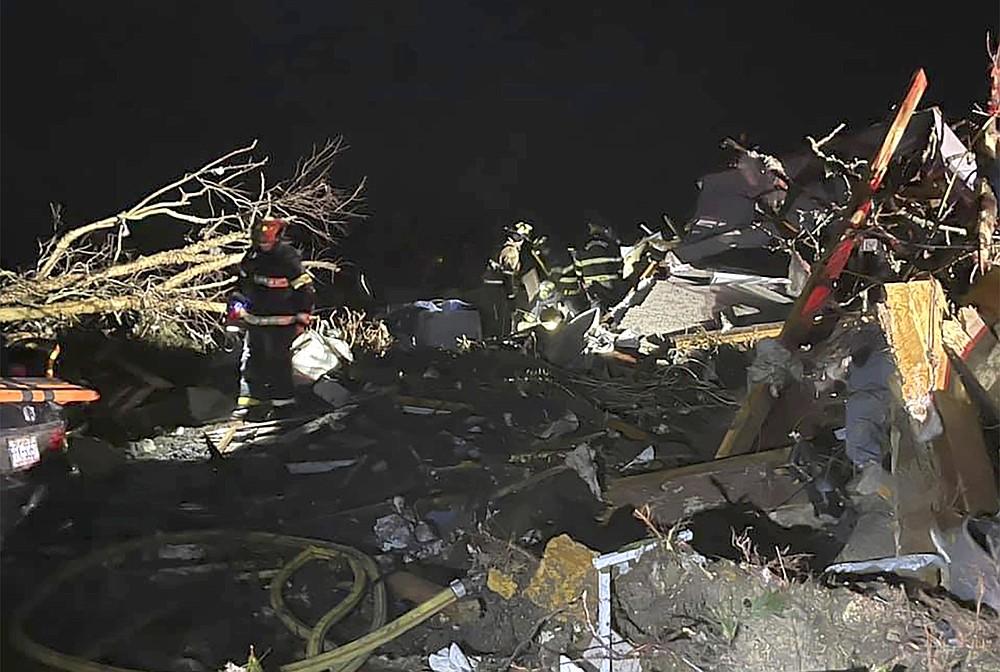 Les pompiers répondent à un site après qu'une tornade meurtrière a ravagé le comté de Brunswick, en Caroline du Nord, le mardi 16 février 2021. Les autorités de la Caroline du Nord disent que plusieurs personnes sont mortes et que d'autres ont été blessées après qu'une tornade a ravagé le comté de Brunswick, laissant une traînée de lourdes destructions. .  (Emily Flax / Bureau du shérif du comté de Brunswick via AP)