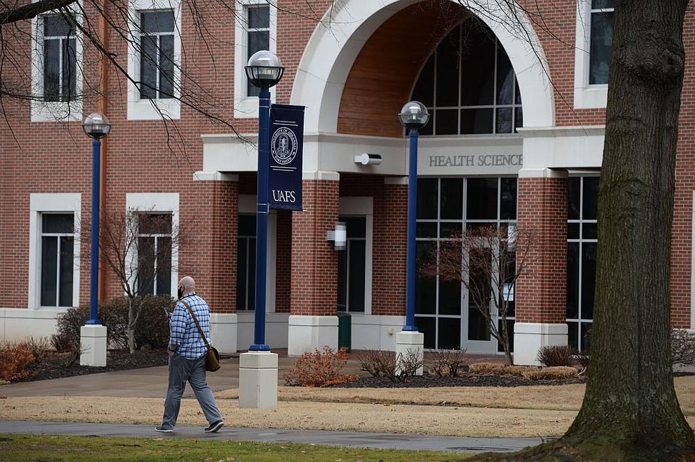 """Los estudiantes caminan el viernes 26 de febrero de 2021 en el campus de la Universidad de Arkansas-Fort Smith en Fort Smith. Los funcionarios de la UAFS publicaron información sobre inscripción y presupuesto la semana pasada. Visite nwaonline.com/210228Daily/ para ver la galería de fotos de hoy. (NWA Democrat-Gazette / Andy Shupe) """"style ="""" width: 100% """"/><p> <span style="""