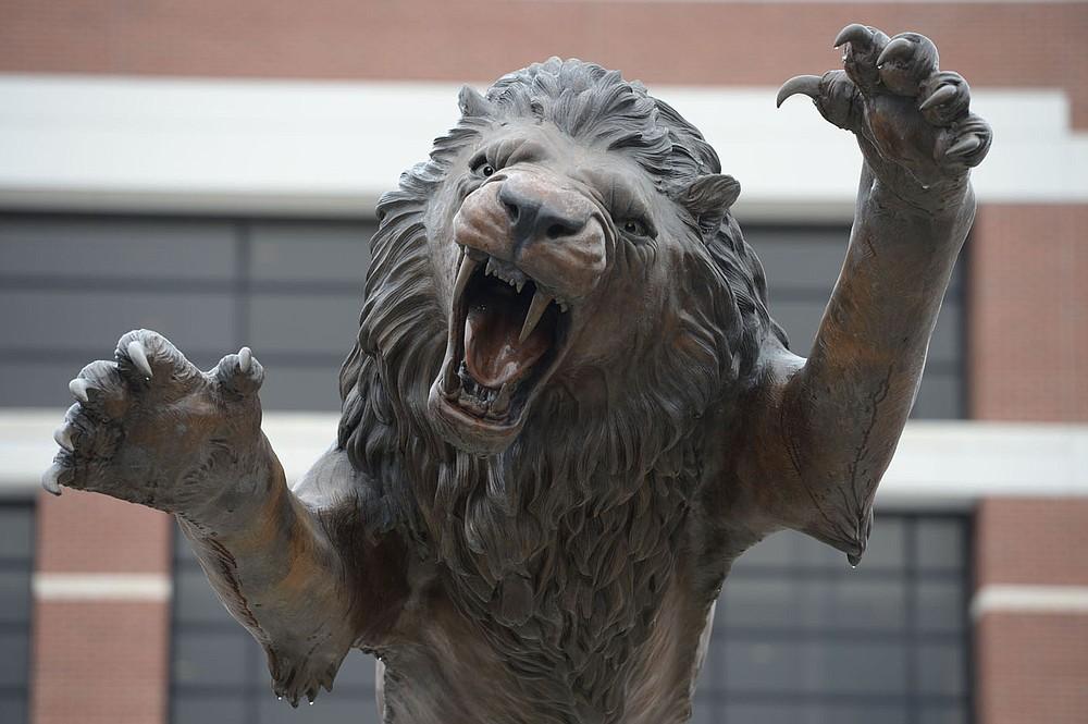 """La estatua √íNuma√ì se encuentra el viernes 26 de febrero de 2021 en el campus de la Universidad de Arkansas-Fort Smith en Fort Smith. Los funcionarios de la UAFS publicaron información sobre inscripción y presupuesto la semana pasada. Visite nwaonline.com/210228Daily/ para ver la galería de fotos de hoy. (NWA Democrat-Gazette / Andy Shupe) """"style ="""" width: 100% """"/><p> <span style="""