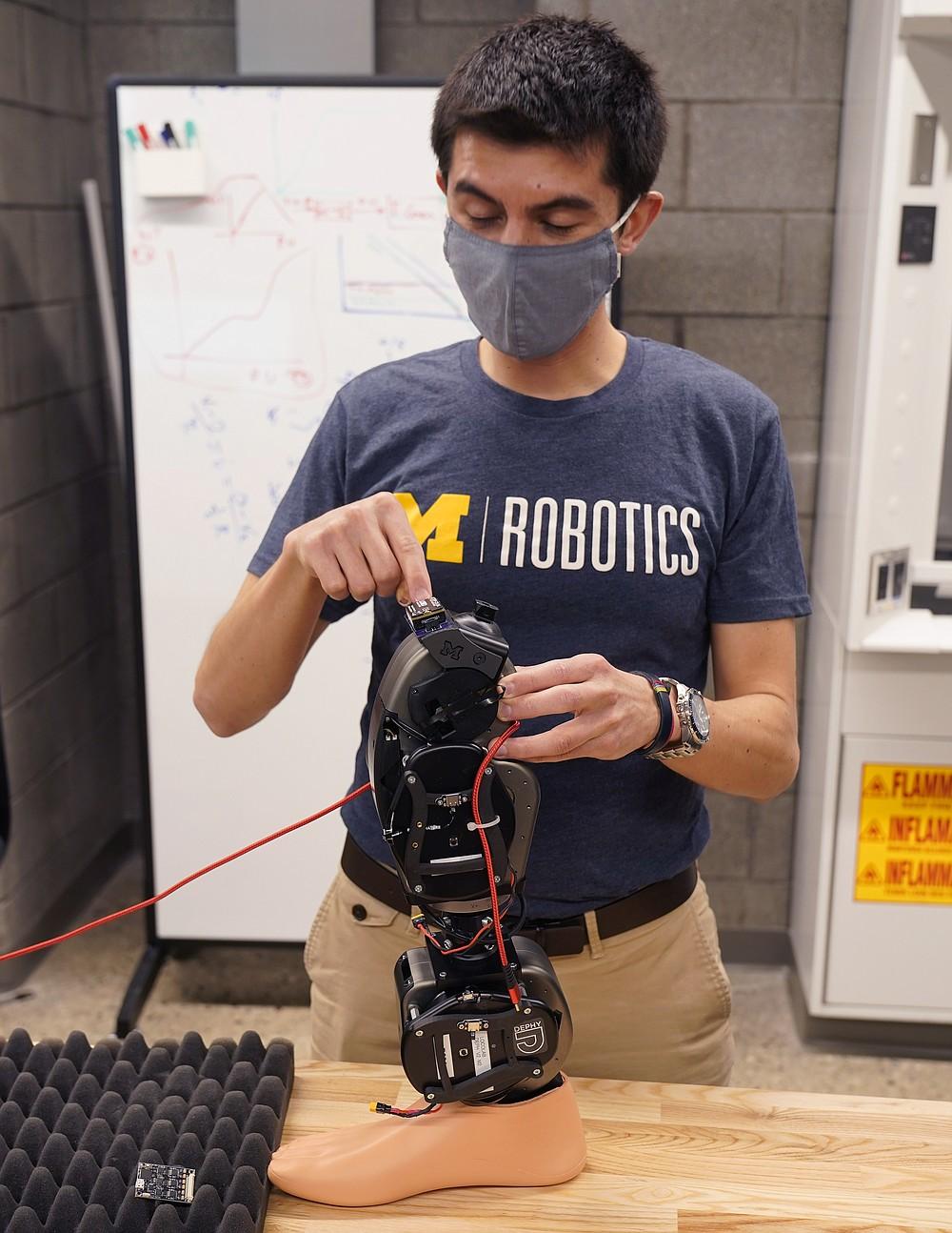 """Edgar Bolivar describe el propósito de los robots portátiles en el edificio de robótica Ford Motor Co. de la Universidad de Michigan, el 12 de marzo de 2021 en Ann Arbor, Michigan. El complejo de cuatro pisos, $ 75 millones y 134,000 pies cuadrados ha tres pisos que albergan aulas y laboratorios de investigación para robots que vuelan, caminan, ruedan y aumentan el cuerpo humano. (Foto AP / Carlos Osorio) """"style ="""" width: 100% """"/><p> <span style="""