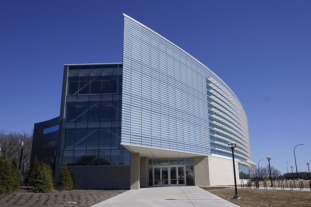 """Se ve el exterior del edificio de robótica Ford Motor Co. de la Universidad de Michigan, el 12 de marzo de 2021 en Ann Arbor, Michigan. El complejo de cuatro pisos, $ 75 millones y 134,000 pies cuadrados tiene tres pisos que albergan aulas e investigación laboratorios para robots que vuelan, caminan, ruedan y aumentan el cuerpo humano. (Foto AP / Carlos Osorio) """"style ="""" width: 100% """"/><p> <span style="""
