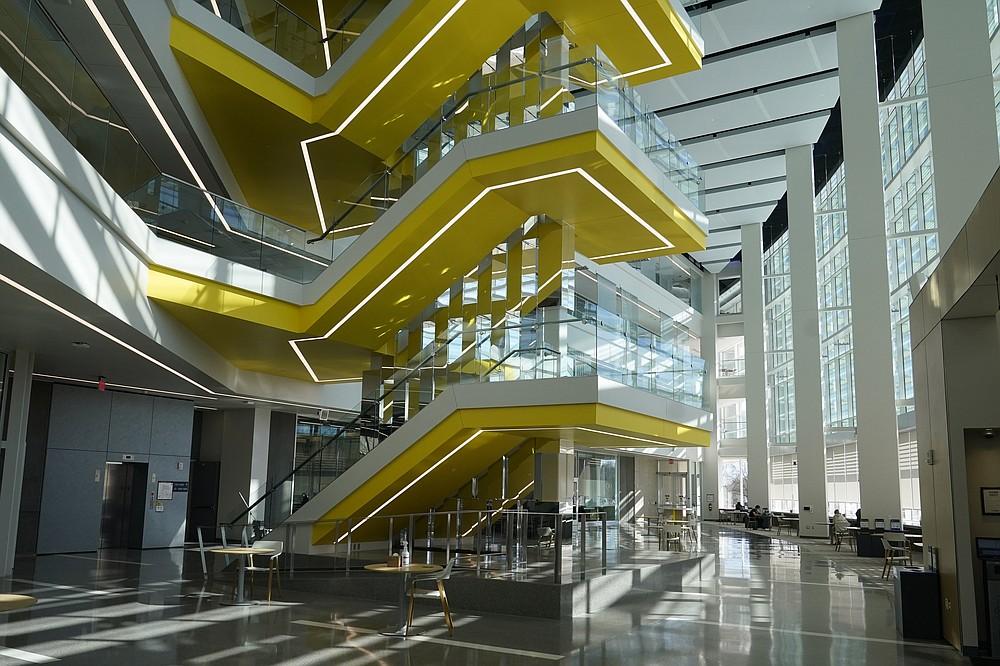 """Se ve el interior del edificio de robótica Ford Motor Co. de la Universidad de Michigan, el 12 de marzo de 2021 en Ann Arbor, Michigan. El complejo de cuatro pisos, $ 75 millones y 134,000 pies cuadrados tiene tres pisos que albergan aulas e investigación laboratorios para robots que vuelan, caminan, ruedan y aumentan el cuerpo humano. (Foto AP / Carlos Osorio) """"style ="""" width: 100% """"/><p> <span style="""