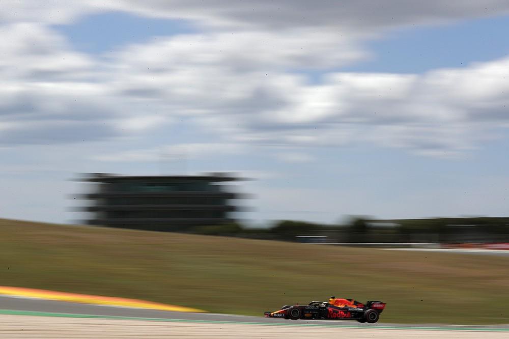 O piloto da Red Bull, Max Verstappen, da Holanda dirige seu carro na sexta-feira, 30 de abril de 2021, no Circuito Internacional de Alcorve, perto de Portugal, durante o primeiro treino livre antes do Grande Prêmio de Portugal de Fórmula 1.  Domingo é o Grande Prémio de Portugal.  (Foto AP / Petição Fernandes)