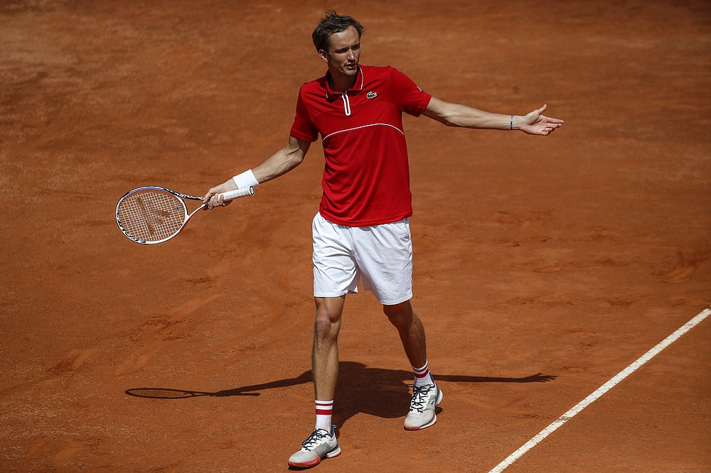 Il russo Daniel Medvedev apre le braccia quando gioca con il connazionale Aslan Karatsev durante la partita agli Open d'Italia, a Roma, mercoledì 12 maggio 2021. Karatsev ha vinto 6-2 6-4.  (AP Photo / Alessandra Tarantino)