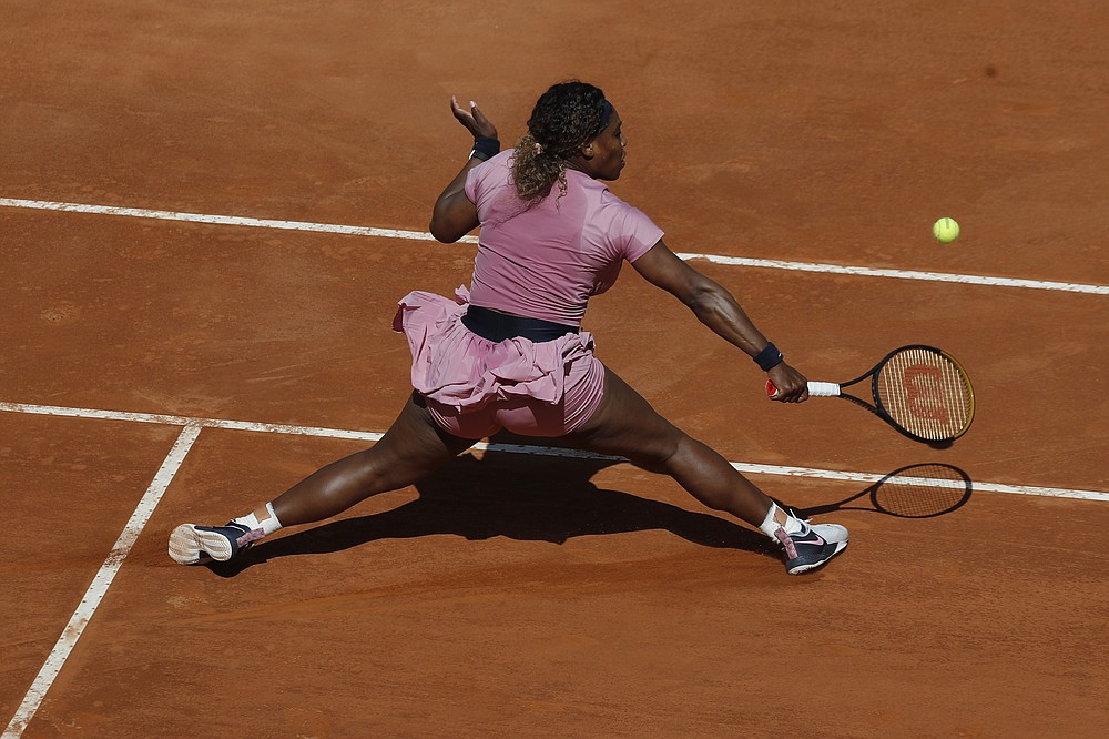 L'americana Serena Williams ha restituito la palla al club argentino Podoroska durante la partita di tennis dell'Open d'Italia, a Roma, mercoledì 12 maggio 2021 (AP Photo / Alessandra Tarantino)