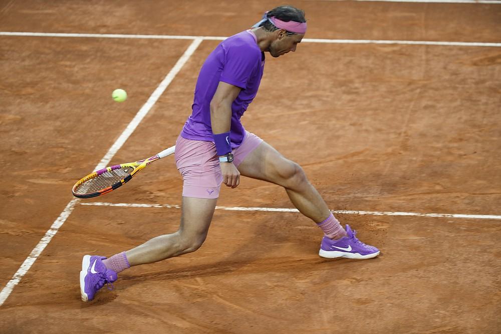 Lo spagnolo Rafael Nadal sbaglia un pallone durante la partita contro l'italiano Yannick Senner all'Open d'Italia, a Roma, mercoledì 12 maggio 2021 (AP Photo / Alessandra Tarantino)