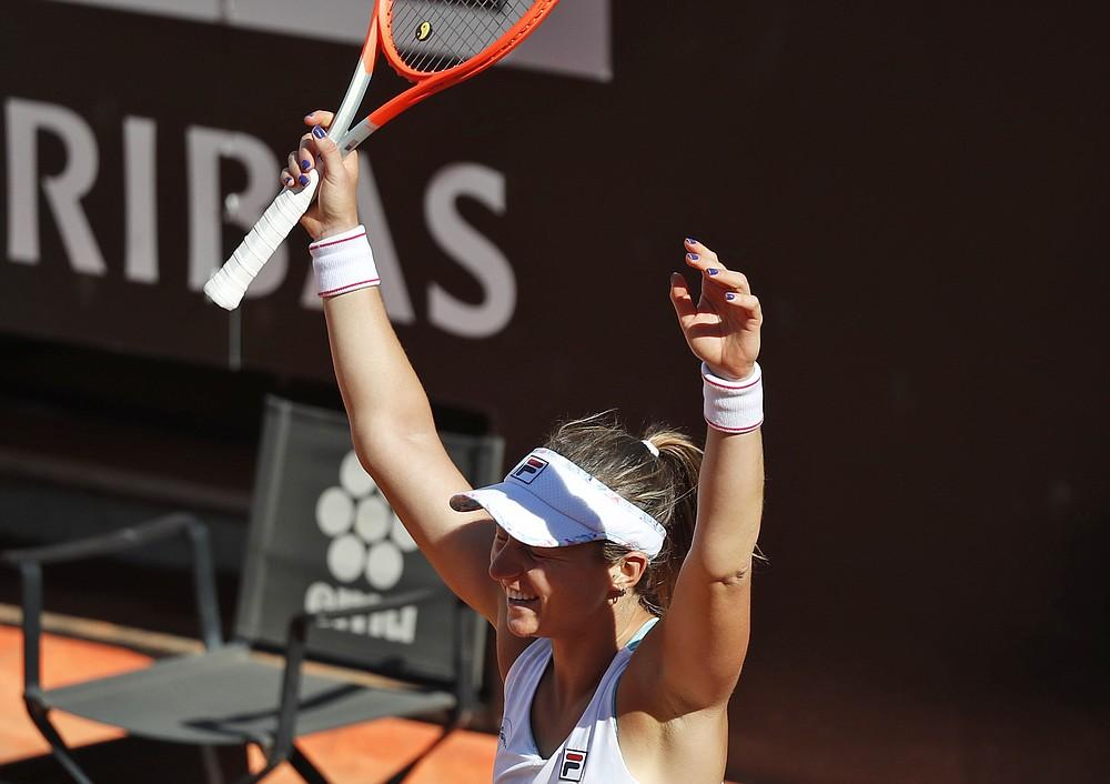 L'argentina Nadia Podorowska ha festeggiato al termine della sua partita contro Serena Williams d'America, all'Open d'Italia, a Roma, mercoledì 12 maggio 2021. Podorowska ha battuto la Williams 7-6, 7-5.  (AP Photo / Alessandra Tarantino)