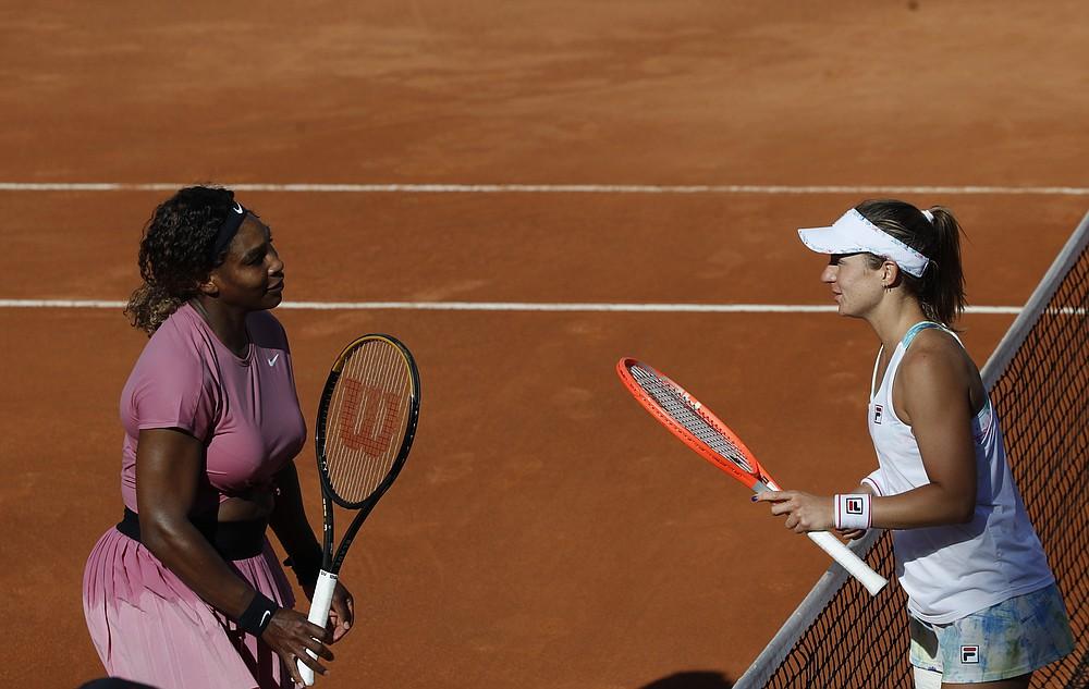 L'americana Serena Williams, di sinistra, e le società argentine Podoroska si danno il benvenuto a fine partita, all'Italian Tennis Open, a Roma, mercoledì 12 maggio 2021. Podoroska ha battuto la Williams 7-6, 7-7.  5. (AP Photo / Alessandra Tarantino)