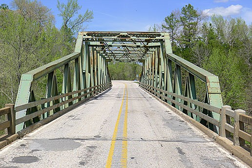 The old bridge at Pruitt had 10-foot-wide traffic lanes, a tight squeeze when tractor-trailer trucks metwhile crossing. (Arkansas Democrat-Gazette/Bill Bowden)