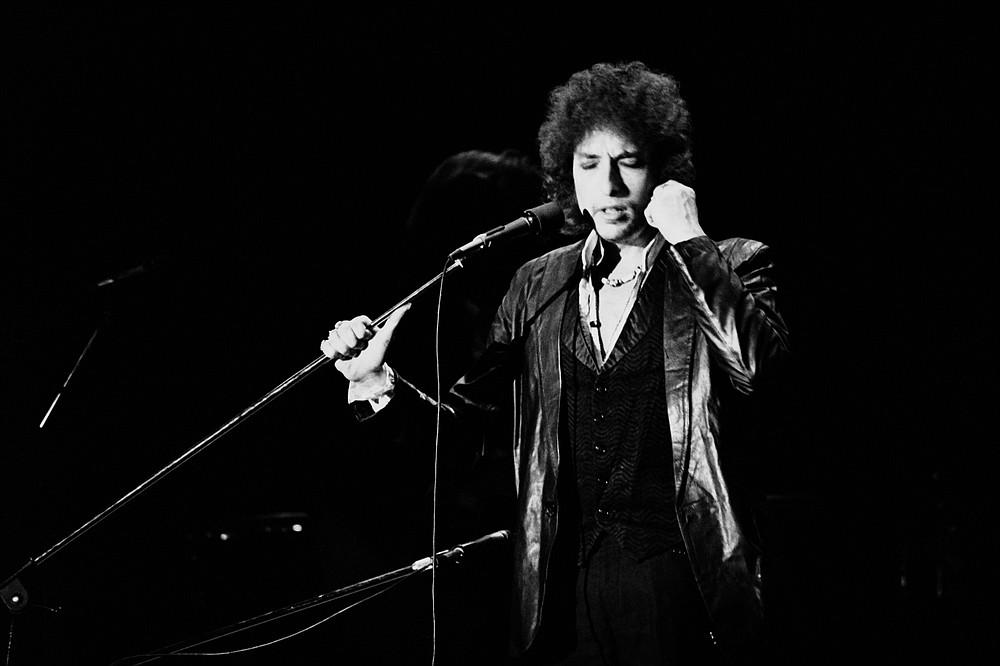 El poeta y cantante de folk Bob Dylan actúa en 1978 en el Pabellón de París. (AFP vía Getty Images/TNS/Pierre Guillaud)