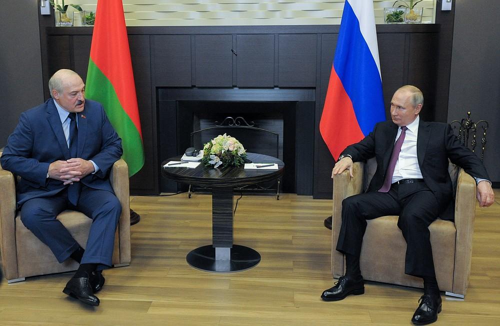 Президент России Владимир Путин (справа) и президент Беларуси Александр Лукашенко разговаривают друг с другом во время встречи на черноморском курорте Сочи, Россия, в пятницу, 28 мая 2021 г. (Михаил Климентьев, Sputnik, Кремлевский бал Фото через AP)