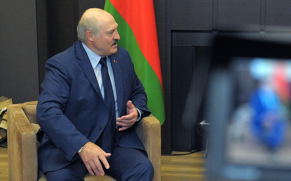 На это указывает президент Беларуси Александр Лукашенко во время разговора с президентом России Владимиром Путиным во время их встречи на черноморском курорте Сочи, Россия, в пятницу, 28 мая 2021 года (Михаил Климентьев, Sputnik, Кремлевский пул через фото AP)