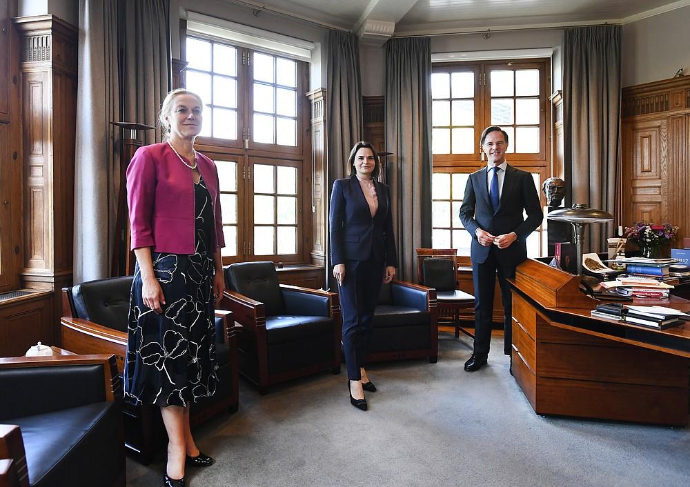 Светлана Цихануская, бывший кандидат в президенты и главный праймериз белорусской оппозиции (в центре), временно исполняющий обязанности премьер-министра Нидерландов Марк Рютте (справа) и временный министр иностранных дел Сигрид Кааг (слева), на фото в начале их встречи в Гааге, Нидерланды, в пятницу, май. 28, 2021 (Пирошка ван де Вау / Пул через AP)