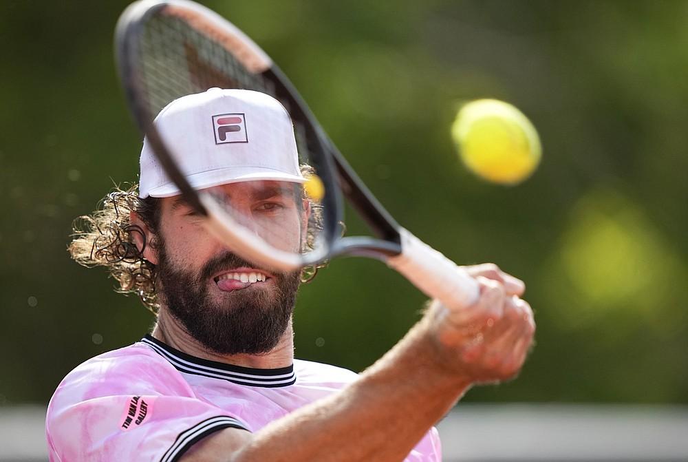 Jucătoarea americană Riley Opelka Platts revine în Spania, Jaume Lunar, în timpul meciului său din a doua rundă, în ziua a patra a tenisului Openului Franței, la Roland Garros din Paris, Franța, miercuri, 2 iunie 2021 (Foto AP / Michel Euler)