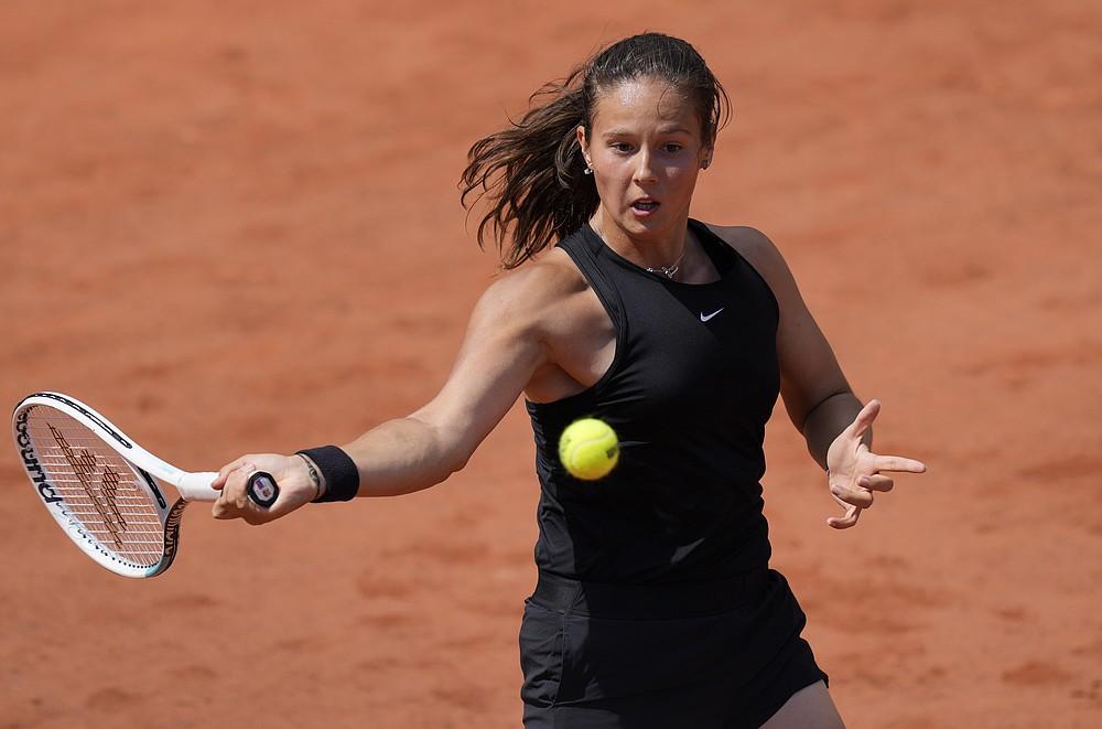 Daria Kasatkina, rusă, joacă din nou pentru elvețianca Belinda Bencic în timpul meciului din runda a doua din ziua a patra a Openului Franței la Roland Garros din Paris, Franța, miercuri, 2 iunie 2021 (Foto AP / Thibault Camus)