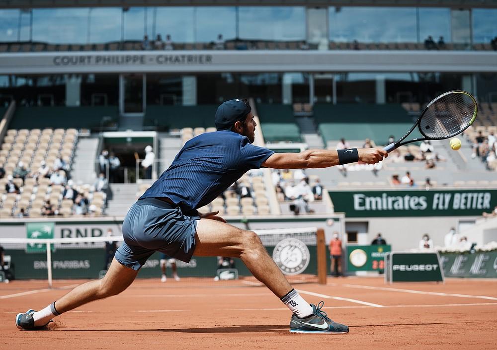 Rusoaica Karen Khachanov joacă împotriva japonezei Kei Nishikori în timpul meciului din turul al doilea din ziua 4 a turneului de tenis Open francez de la Roland Garros din Paris, Franța, miercuri, 2 iunie 2021 (Foto AP / Thibault Camus)