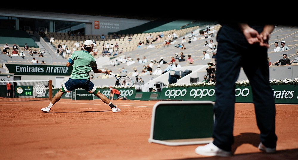 Japoneza Kei Nishikori joacă pentru a reveni la rusul Karen Khachanov în timpul meciului din runda a doua din ziua a patra a Openului Franței la Roland Garros din Paris, Franța, miercuri, 2 iunie 2021 (Foto AP / Thibault Camus)