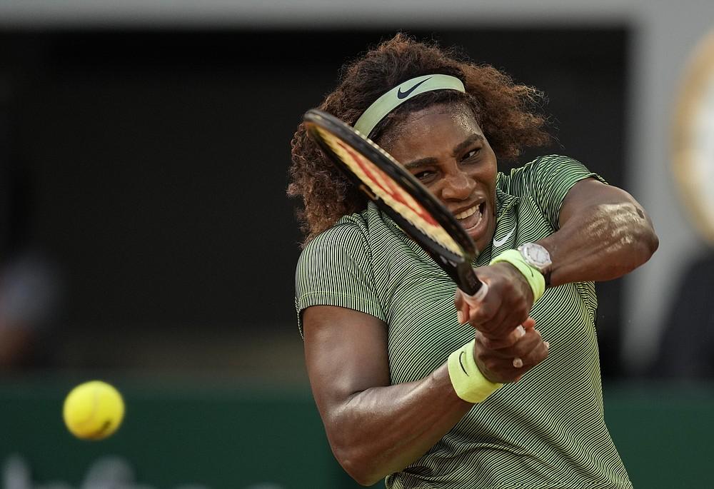 Americká Serena Williamsová z USA sa vracia do rumunskej Mihely Busarnes v stredu 2. júna 2021 v druhom kole štvrtého dňa tenisového turnaja French Open v Roland Cros vo francúzskom Paríži.  (AP Photo / Thibault Camus)