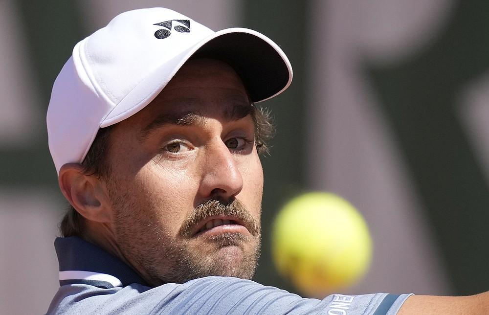 Steve Johnson z USA sleduje loptu, keď sa v pondelok 31. mája 2021 vracia k americkému hráčovi Francisovi Diafo počas prvého kola druhého dňa tenisového turnaja French Open v parížskom Roland Cros.  (AP Photo / Christophe Ena)
