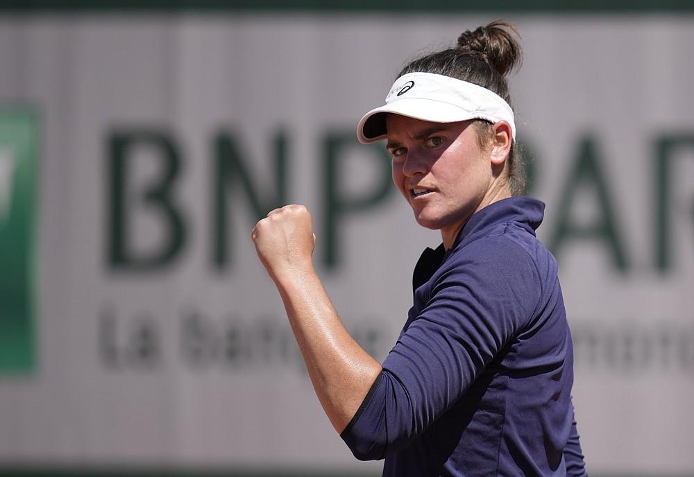 V utorok 1. júna 2021 oslávila Jennifer Bradyová z USA jednobodové víťazstvo nad Lotyškou Anastasijou Sevastovovou v tretí deň tenisového turnaja French Open v parížskom Roland Cros.  (AP Photo / Christophe Ena)