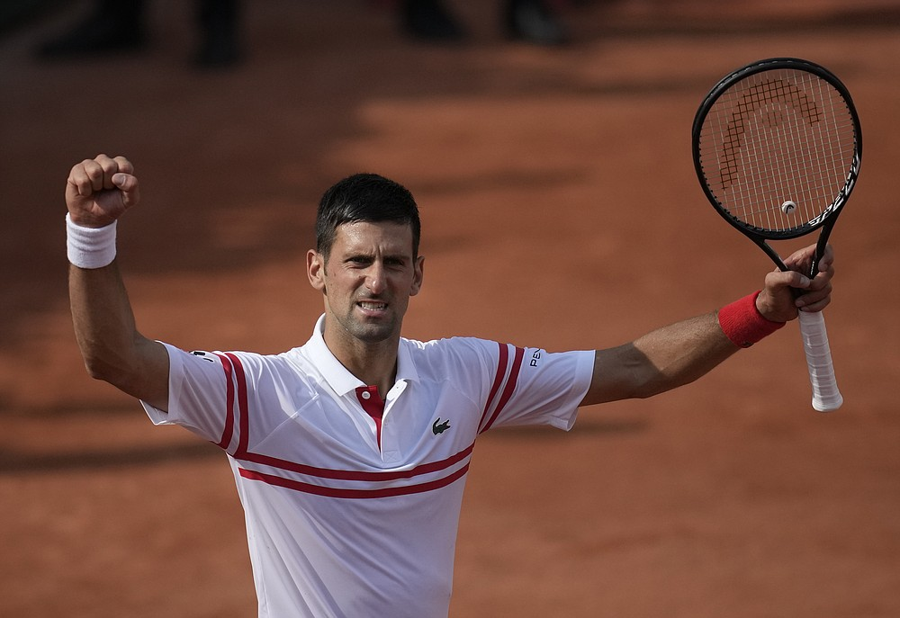 Serbski Novak Djokovic świętuje po pokonaniu Pablo Cuevasa z Urugwaju w drugiej rundzie piątego dnia turnieju tenisowego French Open na Roland Garros w Paryżu, Francja, czwartek, 3 czerwca 2021 r. (AP Photo/Christophe Ena)
