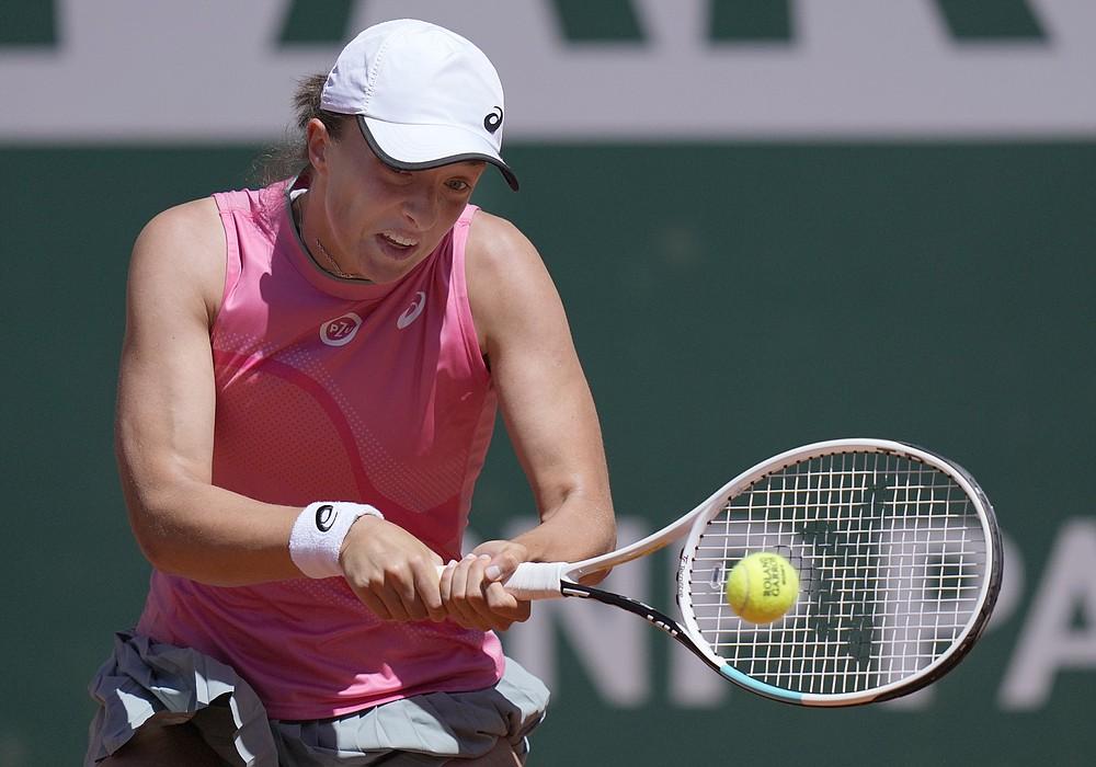 Polska Iga Swetic zagra rewanż Słowenii Kaji Jovan podczas meczu pierwszej rundy drugiego dnia French Open na Roland Garros w Paryżu, Francja, poniedziałek, 31 maja 2021 (AP Photo/Thibault Camus)