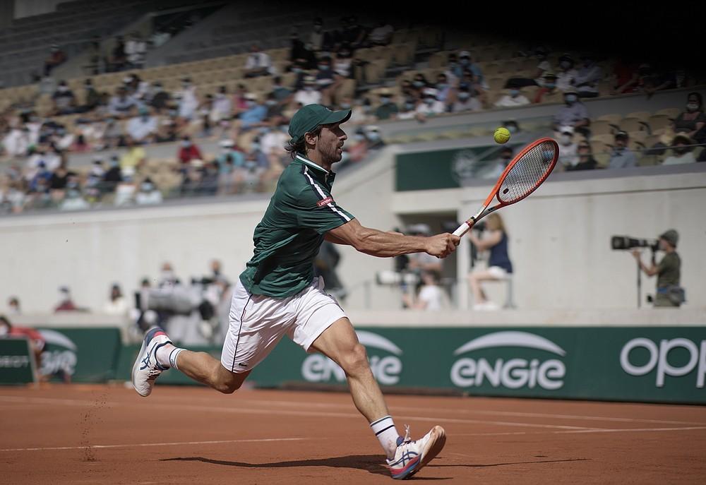 Pablo Cuevas z Urugwaju zagra, aby powrócić do serbskiego Novaka Djokovica podczas meczu drugiej rundy w piątym dniu turnieju tenisowego French Open na Roland Garros w Paryżu, Francja, czwartek, 3 czerwca 2021 r. (AP Photo/Christophe Ena)