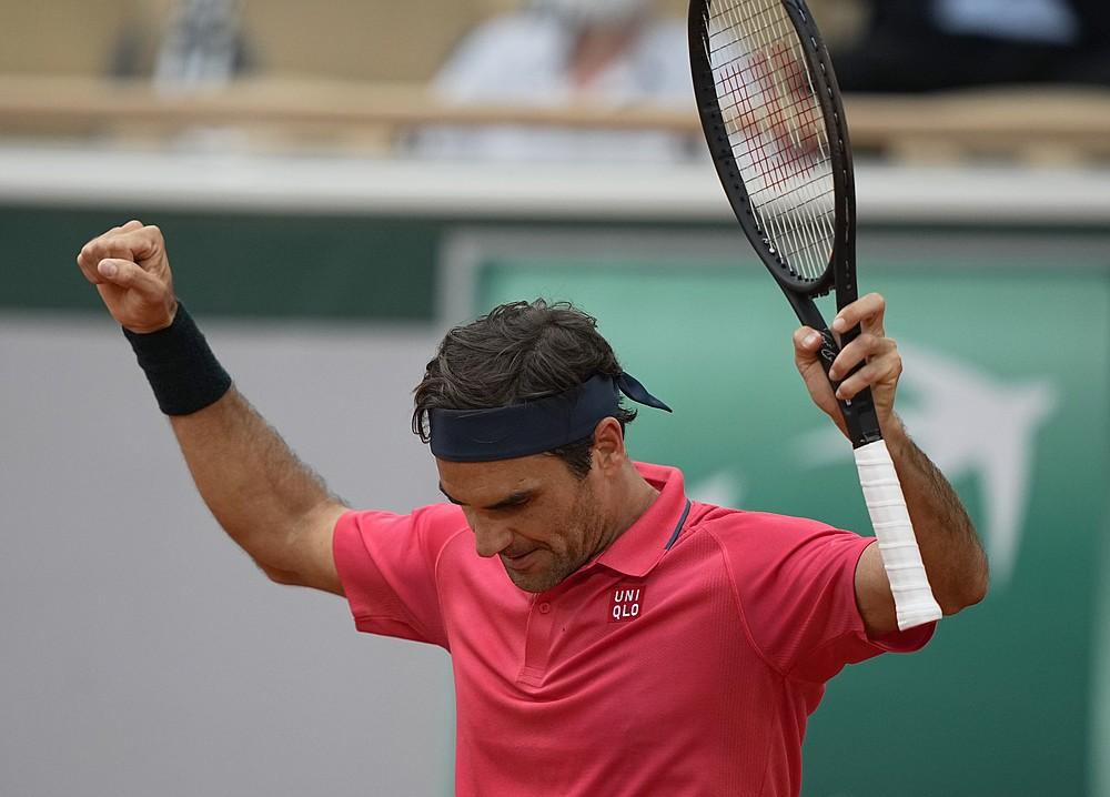 Roger Federer świętuje po pokonaniu Chorwata Marina Cilica w drugiej rundzie w piątym dniu turnieju tenisowego French Open na Roland Garros w Paryżu, Francja, czwartek, 3 czerwca 2021 r. (AP Photo/Michel Euler)