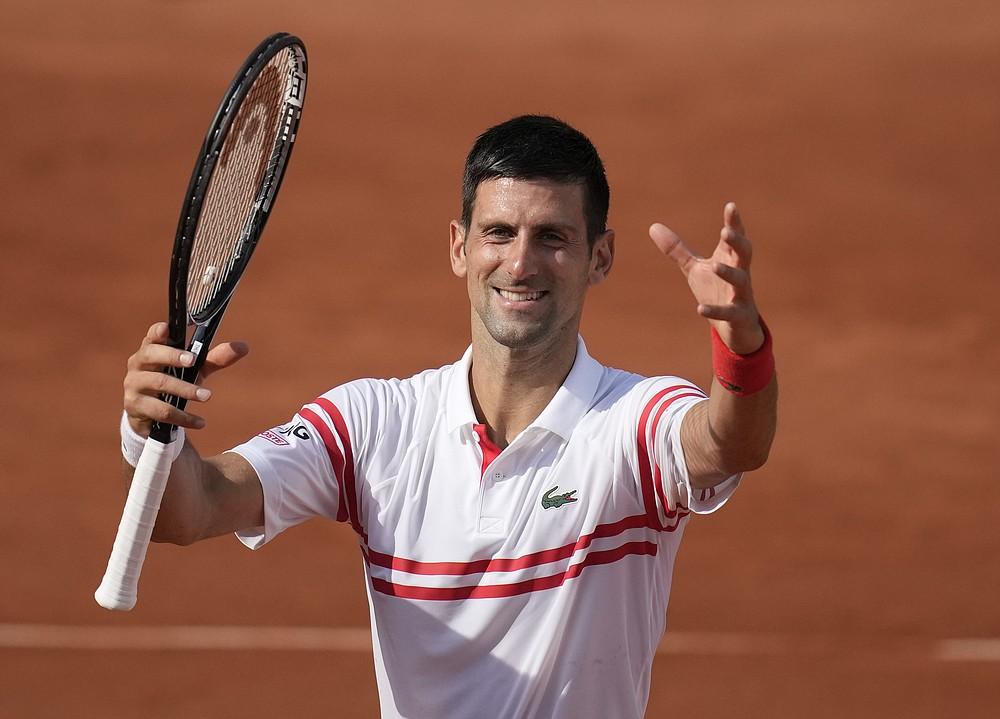Serbski Novak Djokovic świętuje w obecności tłumu po pokonaniu Urugwajczyka Pablo Cuevasa w meczu drugiej rundy w piątym dniu French Open na Roland Garros w Paryżu, Francja, czwartek, 3 czerwca 2021 r. (AP Photo/Christophe Ena)
