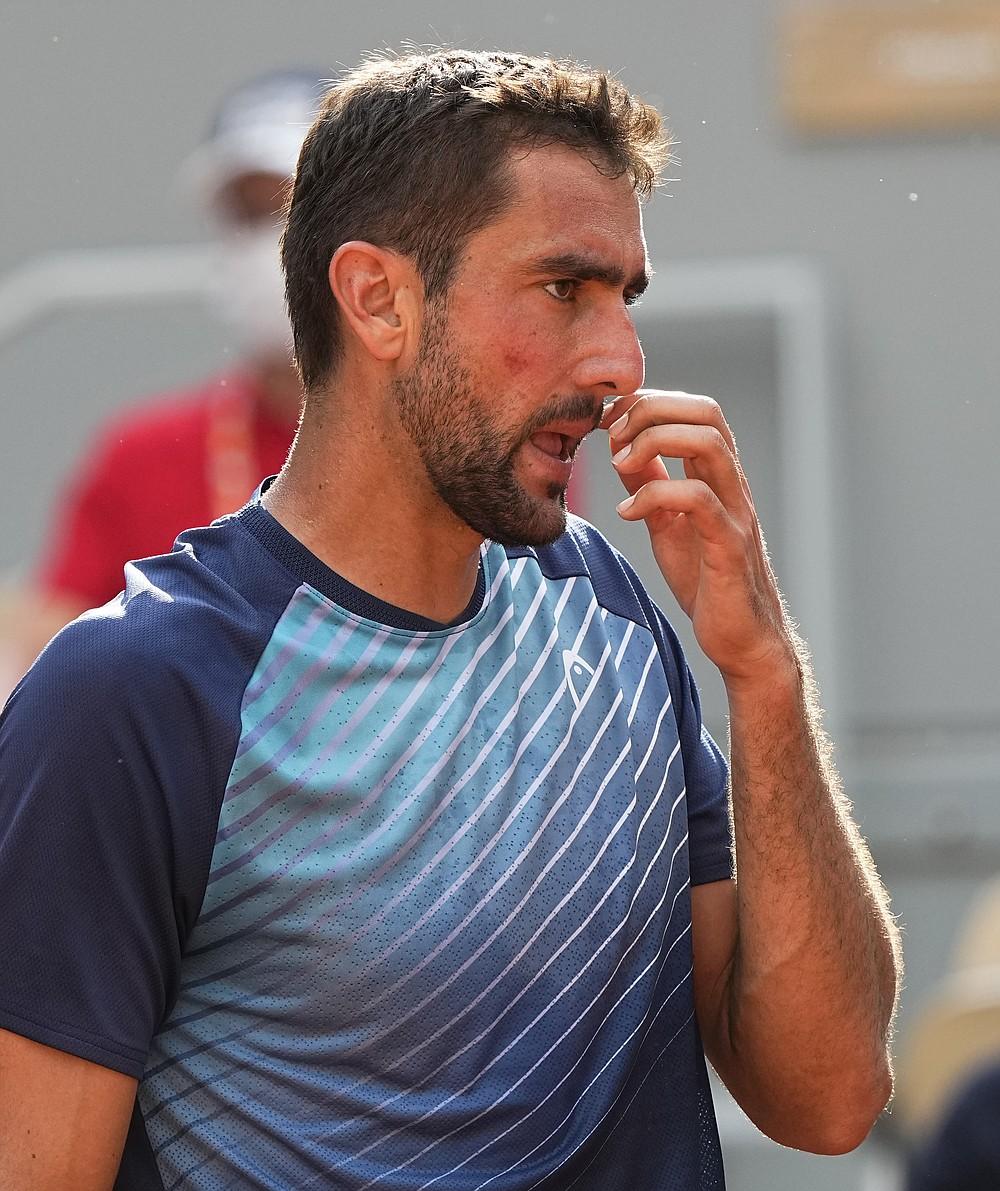 Chorwat Marin Cilic reaguje po stracie punktu z Rogerem Federerem w meczu drugiej rundy piątego dnia French Open na Roland Garros w Paryżu, Francja, czwartek, 3 czerwca 2021 r. (AP Photo/Michel Euler)